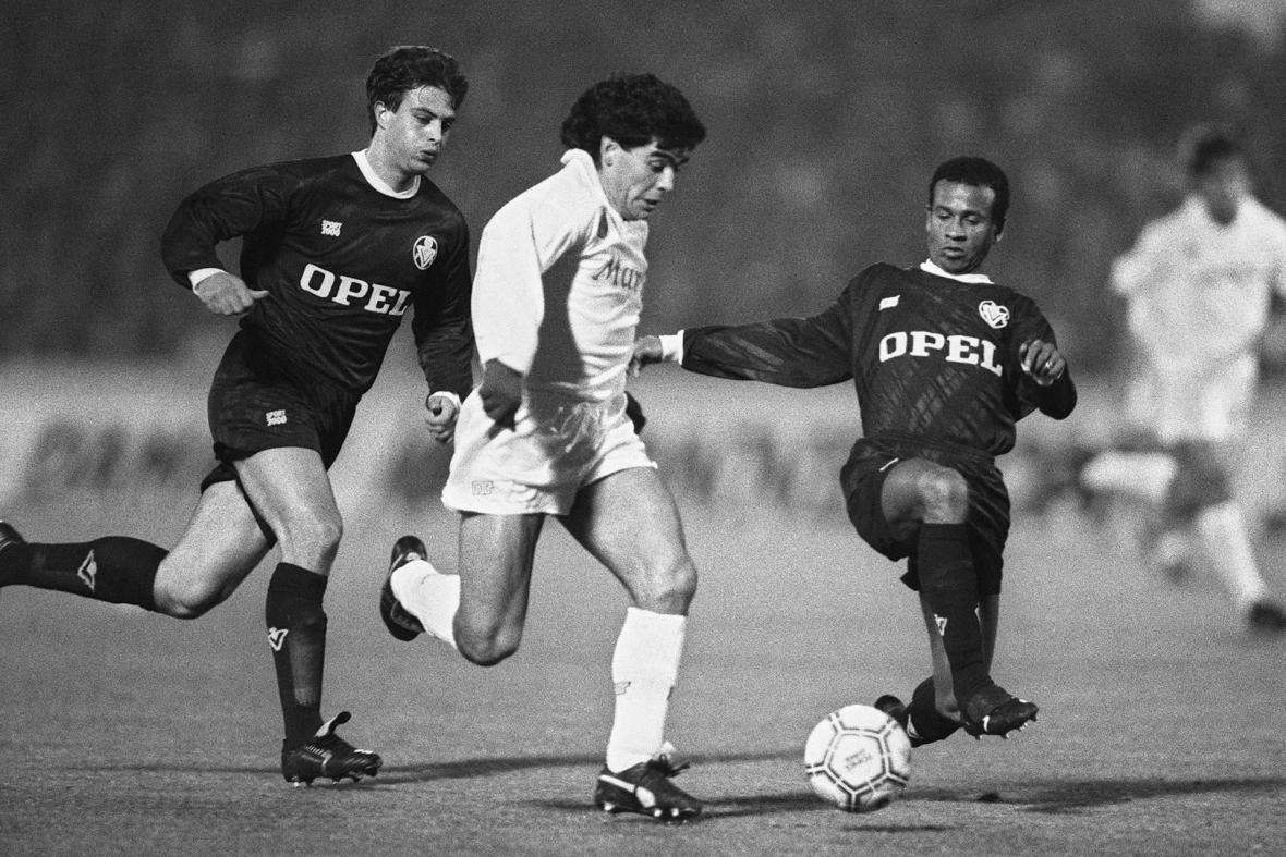 Diego Maradona face à Alain Roche et Jean Tigana lors de Bordeaux-Naples (Coupe UEFA, 1988)