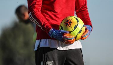 Gardien de Bordeaux tenant un ballon entre ses mains