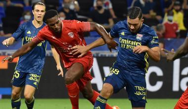 Loïck Landre en duel avec Rayan Cherki lors de Nîmes-Lyon