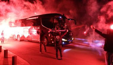 Les supporters encouragent leurs joueurs à l'arrivée du bus (Bordeaux-Marseille, 0-0, Saison 2020-2021)