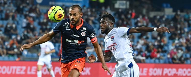 Vitorino Hilton (Montpellier) devant Maxwell Cornet (Lyon)