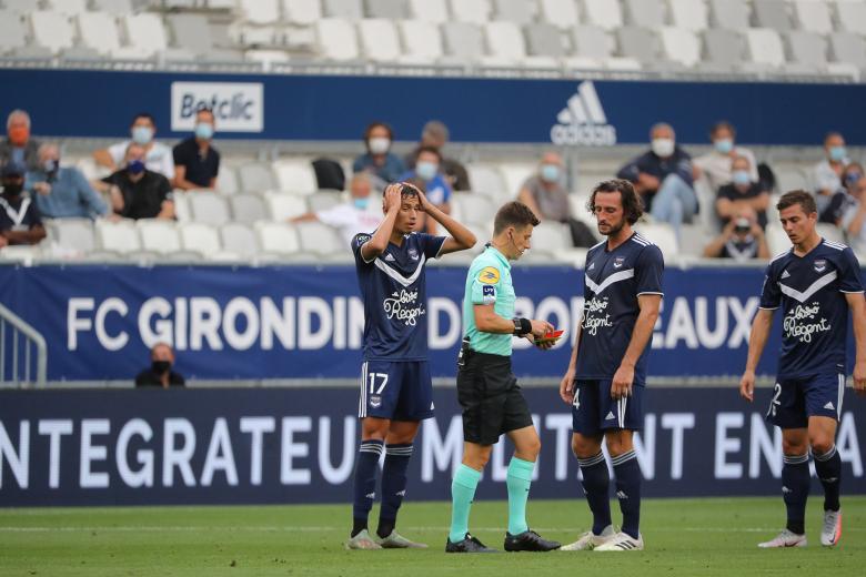 Mehdi Zerkane prend un carton rouge, sous les yeux de Paul Baysse