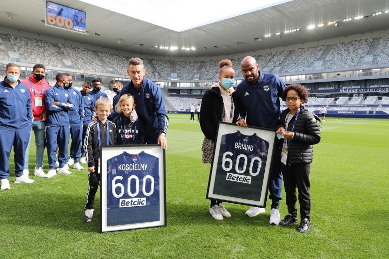 Jimmy Briand et Laurent Koscielny posent avec le maillot de leurs 600 matches joués