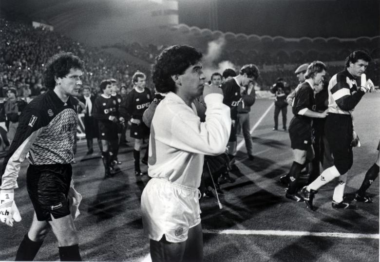 Diego Armando Maradona entre sur la pelouse de Lescure, devant Dominique Dropsy (Bordeaux-Naples, 1988, Coupe UEFA)