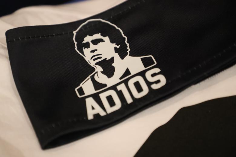 Le brassard hommage à Diego Maradona