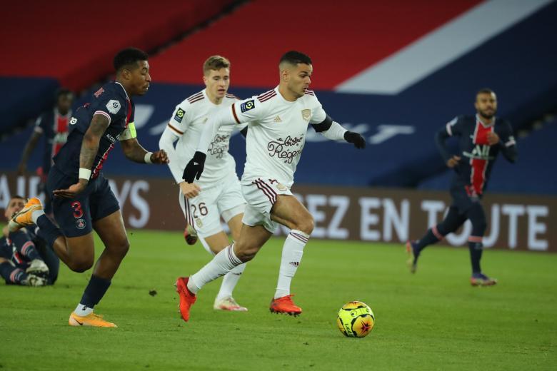 Hatem Ben Arfa provoque la défense parisienne