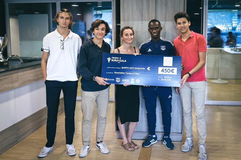 La remise du Trophée Burdigala 2021 avant Bordeaux-Lens (septembre 2021)